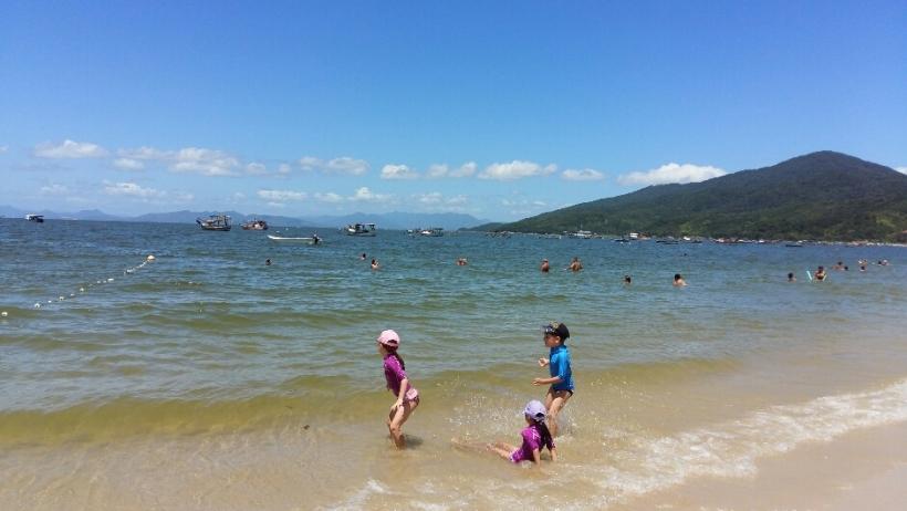 Praia de Zimbros em Bombinhas com crianças