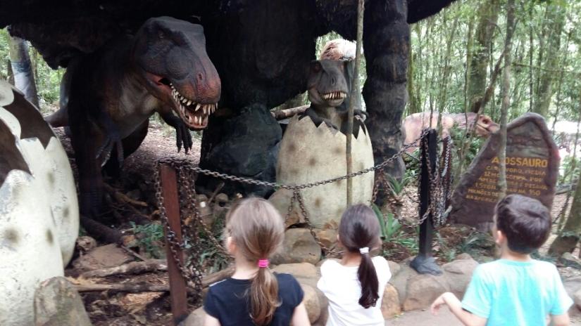 viagem_com_trigemeos_florybal-dinossauros_canela