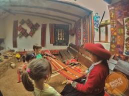 Demonstração de produção de tecidos em Chinchero no Peru com crianças