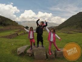 Ruinas incas de Tipon em Cusco com crianças